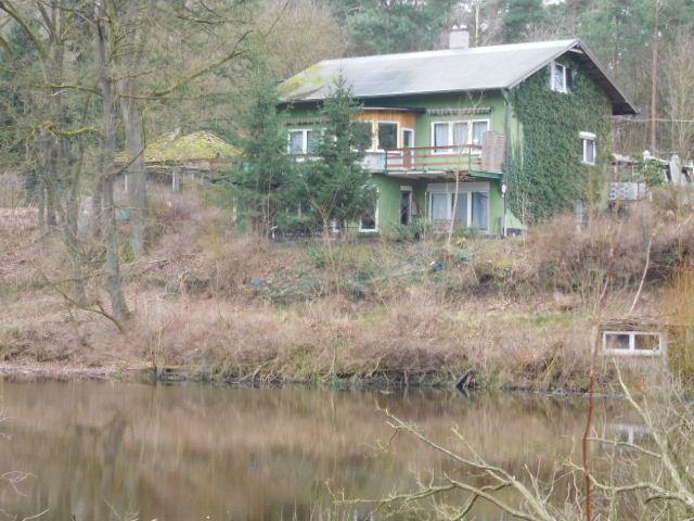 ...mit Wohnhaus von Seeseite betrachtet...