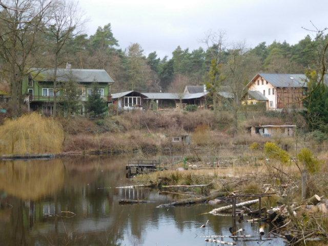 ...über den See geschaut nach rechts und Mitte zum Gewerbe, li. Wohnhaus...