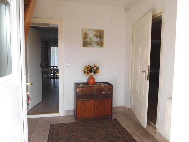 ...in die Diele mit Tür rechts zum WZ, gerade zur Küche...