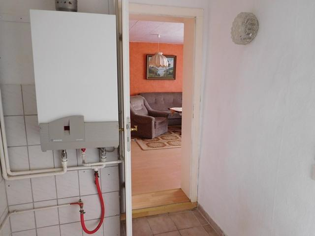 ..mit Gasheiztherme und Verbindungstür von WZ u. Küche...