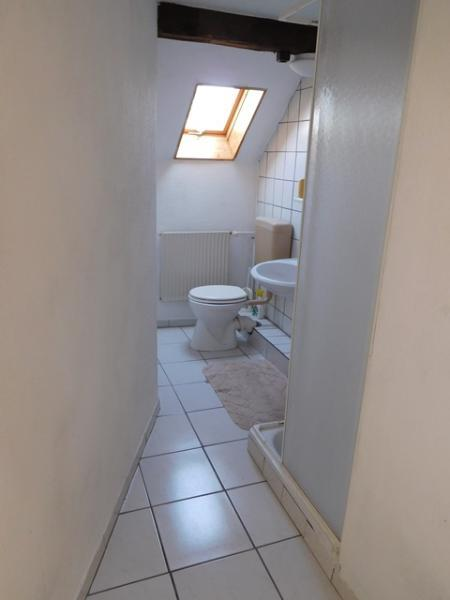 ...die auch eine Tür zum oberen Duschbad hat...