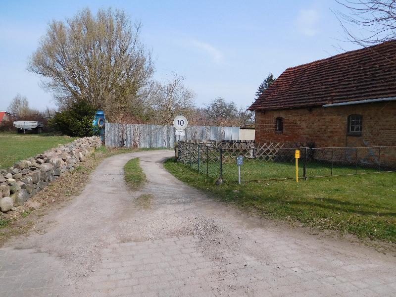 ...links vom Stall führt ein Weg hinter das Haus...