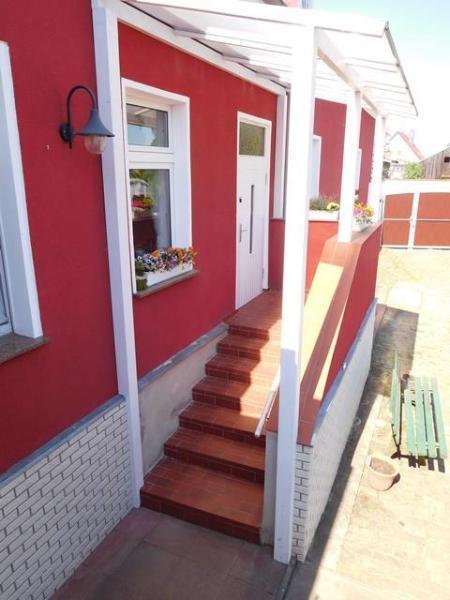 ...vorbei an separatem Zugang zur 4-Zimmer-WE mit Bad und Küche...