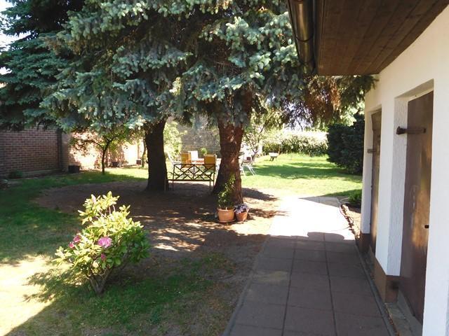 ...und der parkähnliche Gartenbereich...