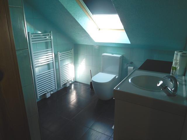 ...einem modernen Duschbad...