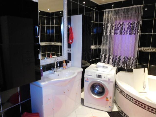 ...und Waschmaschine und Handwaschbecken...