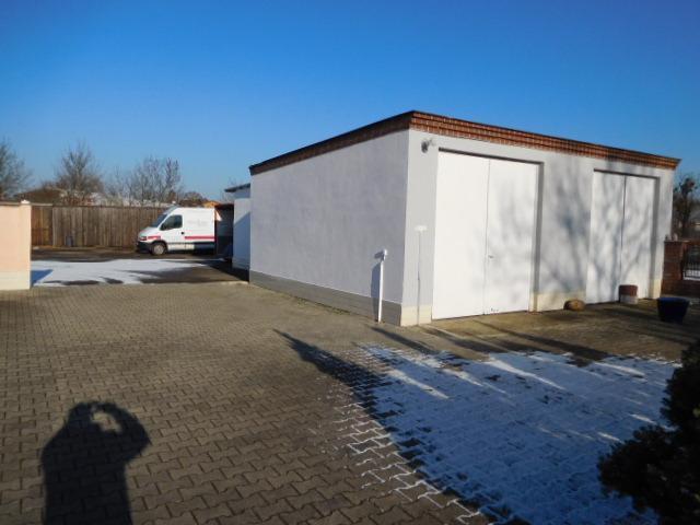 ...Garage und Durchfahrt zu unbebautem Teil...