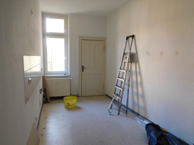 ...in die Wohnküche mit Badtür und Hofblick...