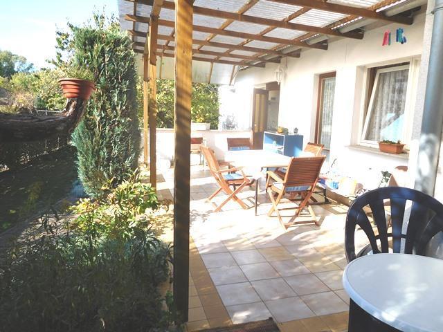 ...mit entsprechend großer, auch überdachter Terrasse...