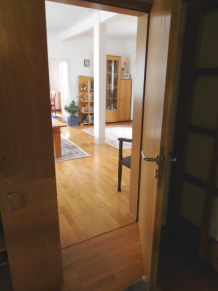 ...nach links ins Wohnzimmer...