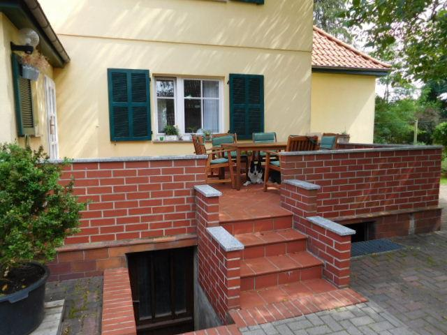 ...mit Kellerab- und Terrassenaufgang...