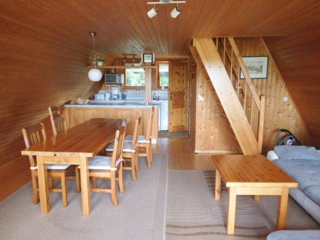 ...in den Wohnraum mit offener Küche...