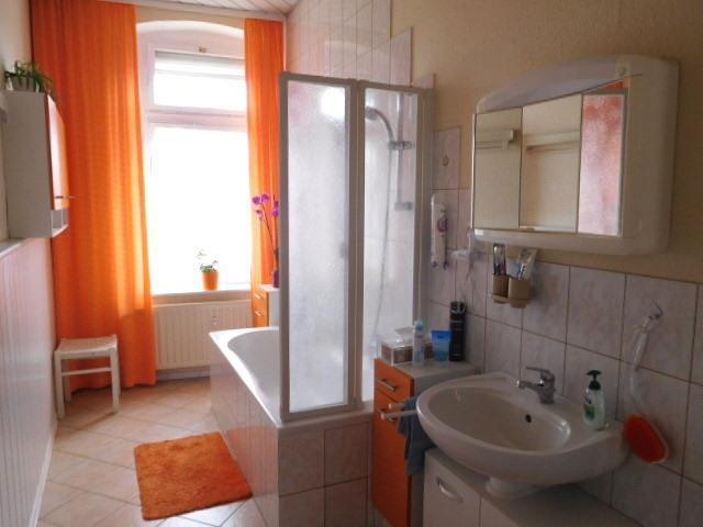 ...ebenso helles Dusch- und Wannenbad, inkl. WC...