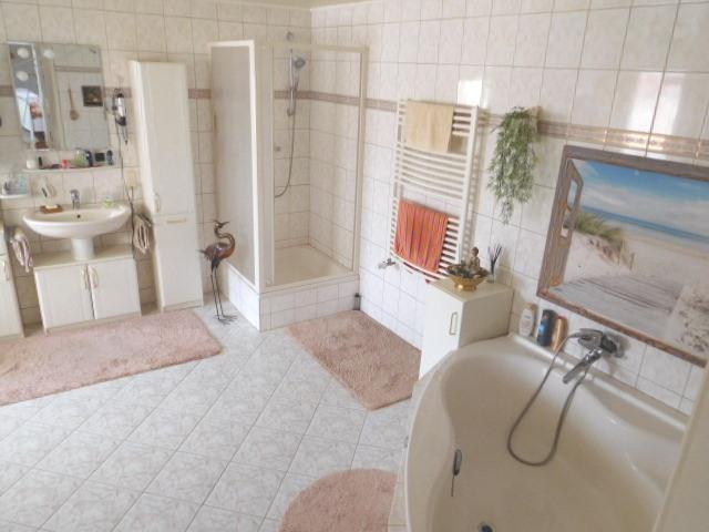 ...zum großen, hellen Bad mit Wanne, Dusche...