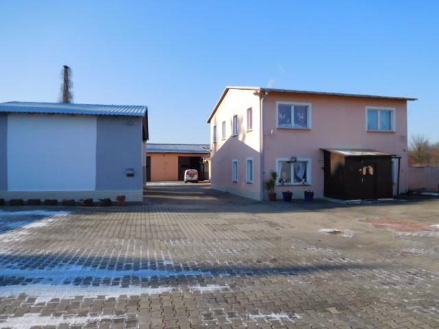 ...zu LKW-Carport und Wohnhaus...