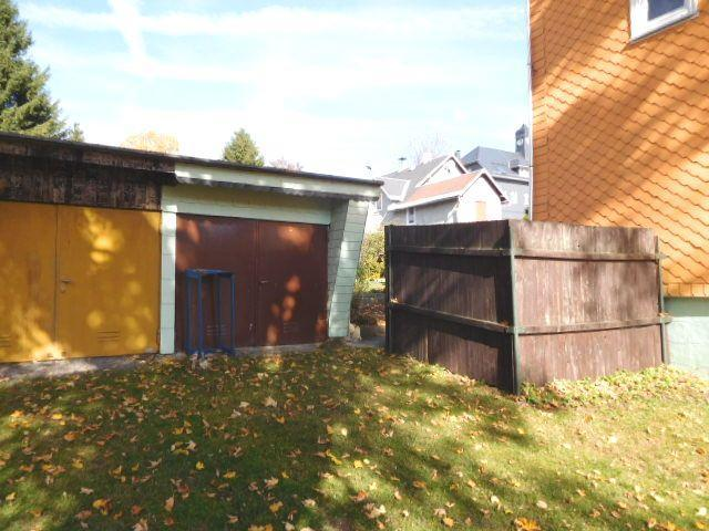 ...und zwei straßenseitige Garagen...