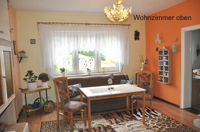 ...ein helles Wohnzimmer...