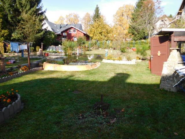 ...ein weitläufiger Garten...