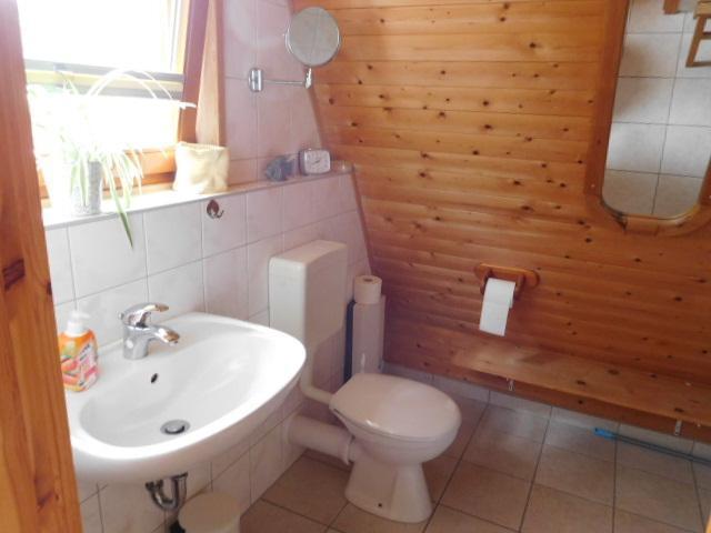 ...daneben Bad mit Waschbecken und WC...