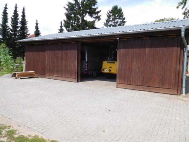 ...ein Fahrzeuggebäude mit vier Boxen...