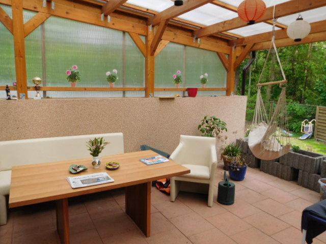 ...zur überdachten Terrasse...