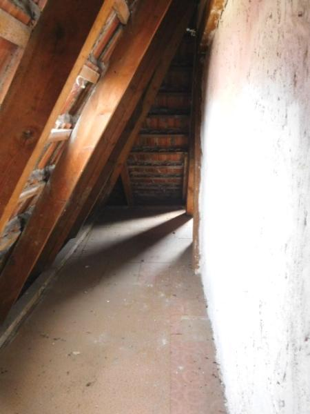 ...und völlig intaktem Dachstuhl...