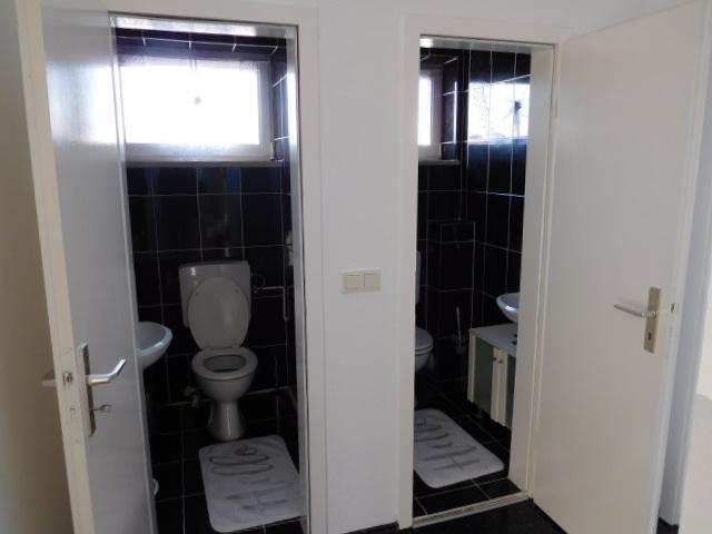...zwei separate Toiletten...