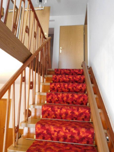 ...über die solide Holztreppe...