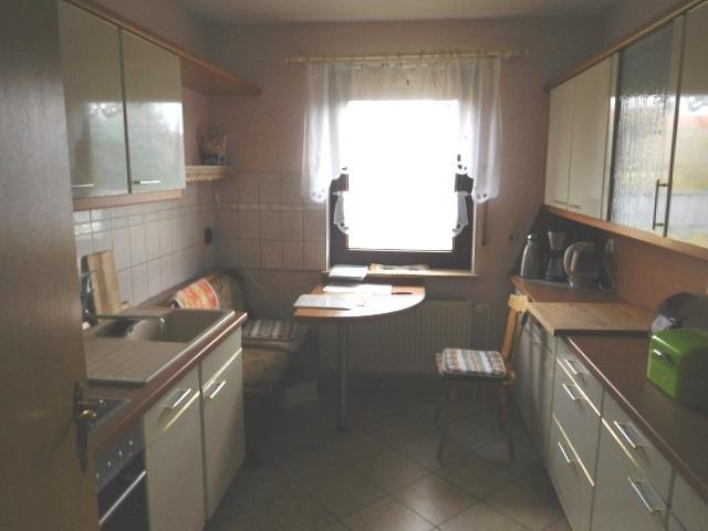 ...hinter Bad links die Küche mit Essplatz...